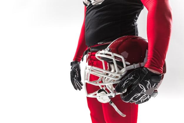 Blanke fitness man als american football-speler met helm op wit
