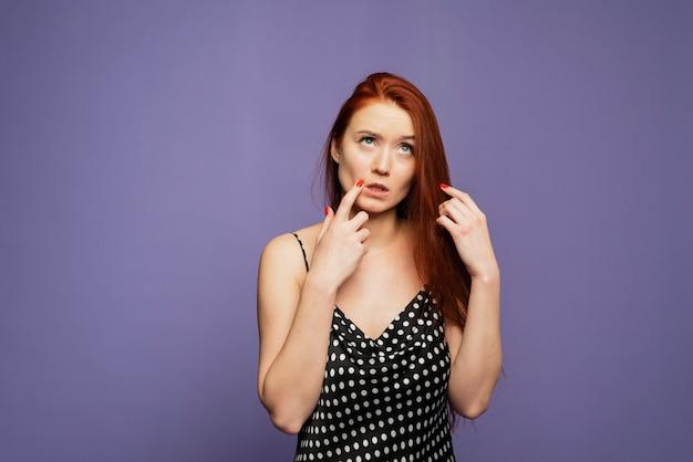 Blanke jonge vrouw met denken gebaar