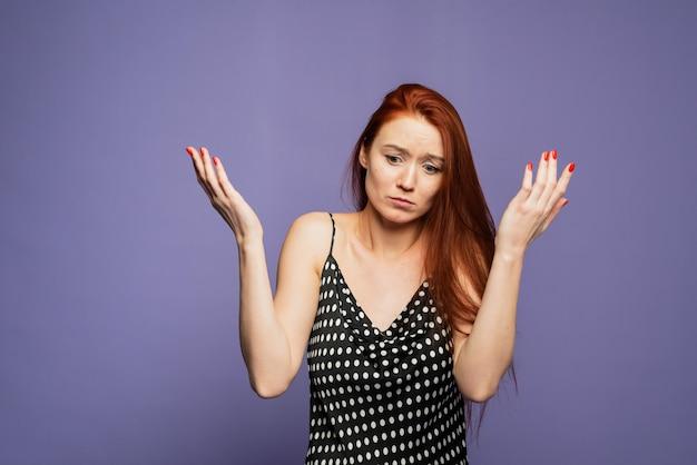 Blanke jonge vrouw met verward gebaar