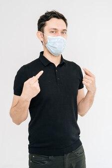 Blanke jongeman met bescherming tegen het coronavirus met medisch masker