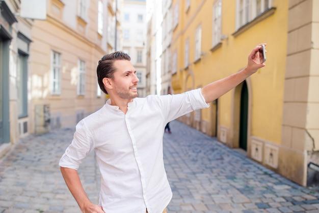 Blanke jongen kijkt naar de telefoon