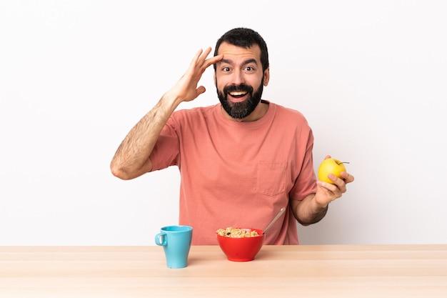 Blanke man aan het ontbijt in een tafel heeft iets gerealiseerd en van plan de oplossing