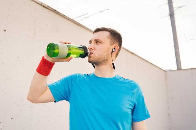 Blanke man drinkwater tijdens oefeningen