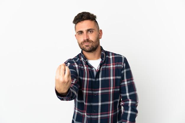 Blanke man geïsoleerd op een witte achtergrond die italiaans gebaar maakt