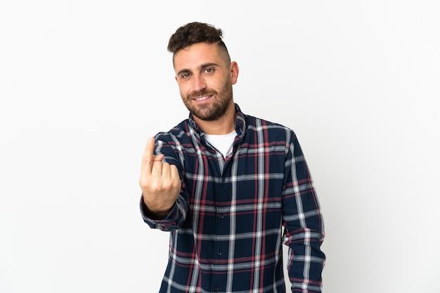 Blanke man geïsoleerd op een witte achtergrond die komend gebaar doet