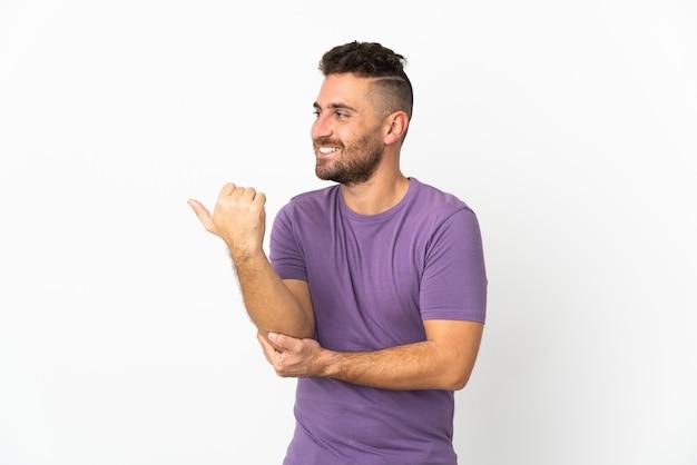 Blanke man geïsoleerd op een witte achtergrond die naar de zijkant wijst om een product te presenteren