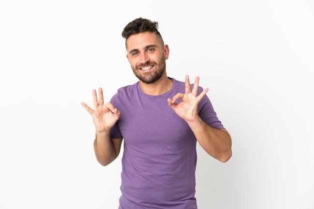 Blanke man geïsoleerd op een witte achtergrond met ok teken met twee handen