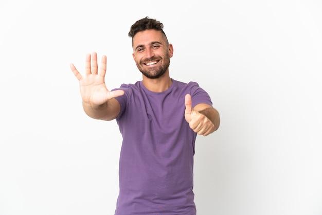 Blanke man geïsoleerd op een witte achtergrond telt zes met vingers count