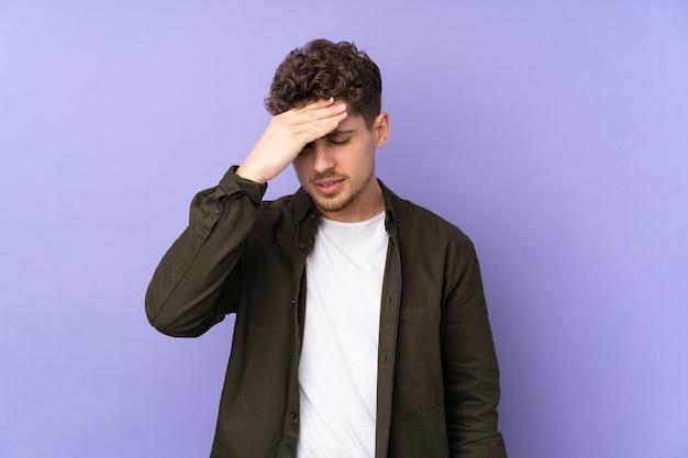 Blanke man geïsoleerd op paars met hoofdpijn
