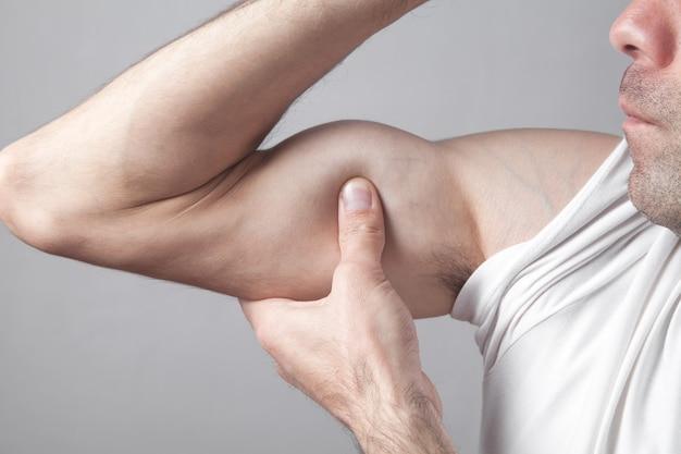 Blanke man hand biceps spieren kracht tonen.