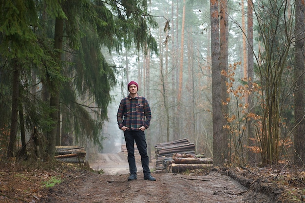 Blanke man heeft een wandeling in mistig bos