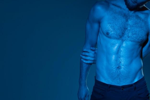 Blanke man in blauwe tinten