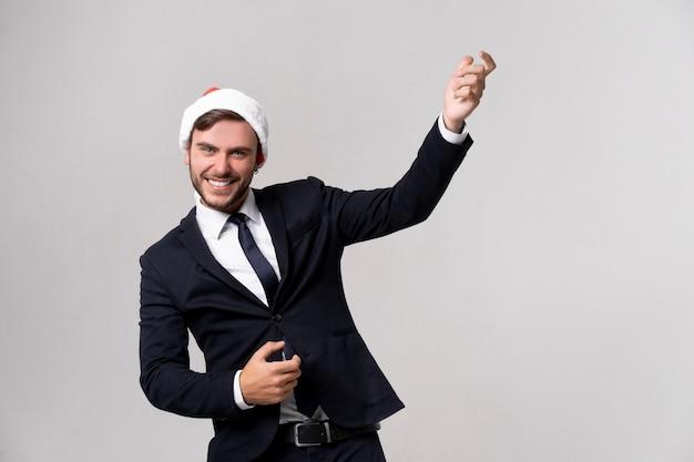 Blanke man in rode trui en kerstmutsen