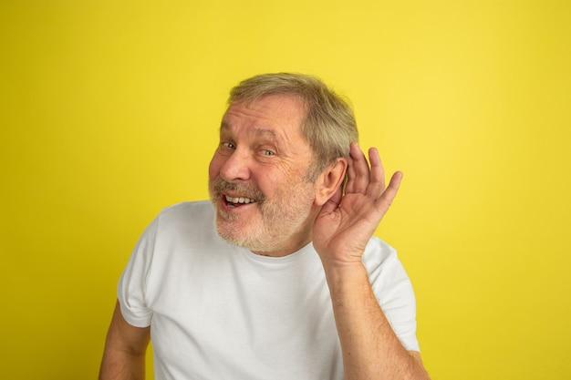 Blanke man luisteren naar geheim geïsoleerd op geel