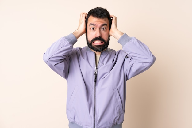 Blanke man met baard draagt een jas over geïsoleerde achtergrond nerveus gebaar doen