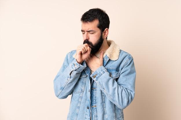 Blanke man met baard over geïsoleerd veel hoesten