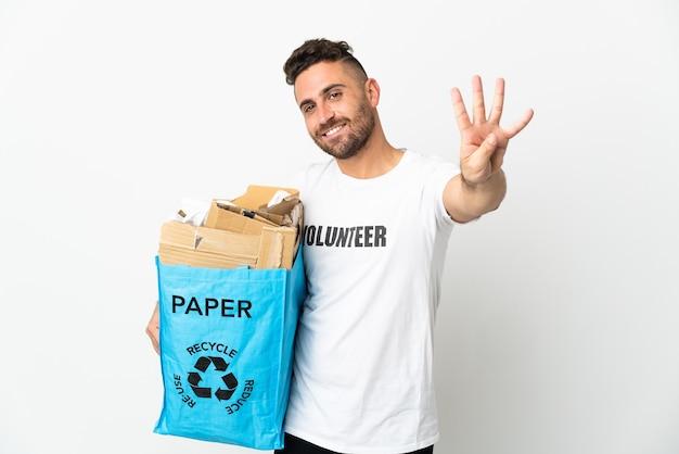Blanke man met een recyclingzak vol papier om te recyclen geïsoleerd op een witte achtergrond gelukkig en vier tellen met vingers