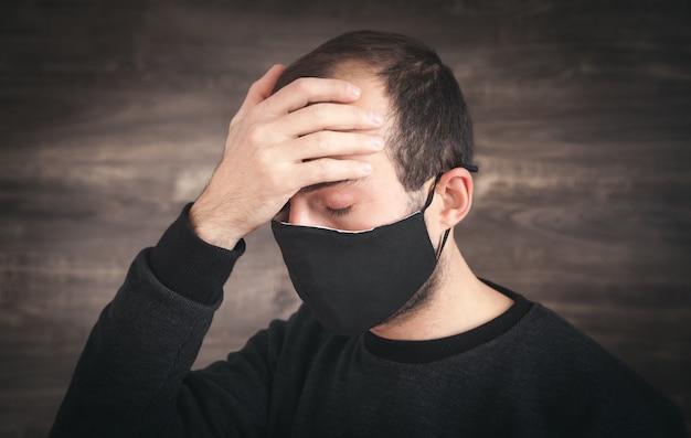 Blanke man met zwart gezichtsmasker.