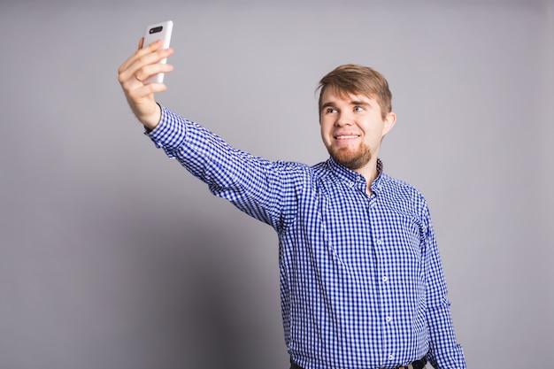 Blanke man neemt selfie