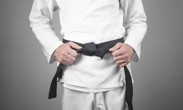 Blanke man tot vaststelling van zijn zwarte band. karate
