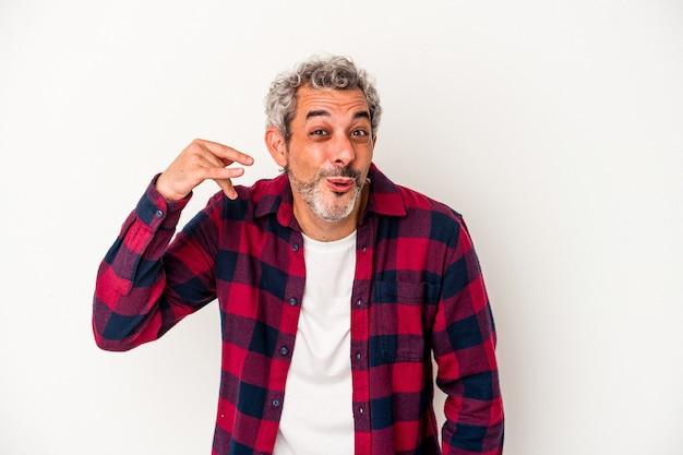 Blanke man van middelbare leeftijd geïsoleerd op een witte achtergrond lachen om iets, mond bedekken met handen.