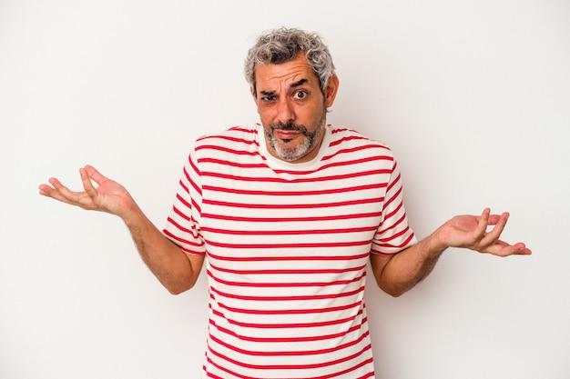 Blanke man van middelbare leeftijd geïsoleerd op een witte achtergrond twijfelen en schouders ophalen in ondervraging gebaar.