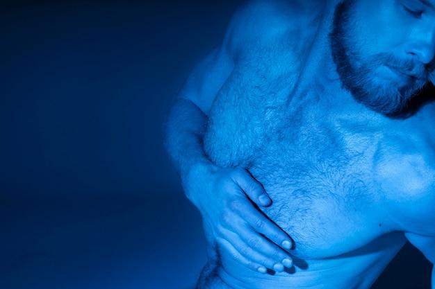 Blanke man zonder shirt die zich bewust is van prostaatkanker