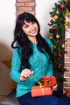 Blanke meisje zit in een kamer met kerstversiering