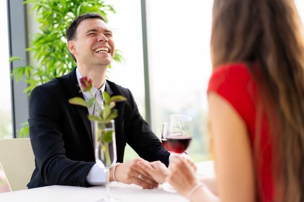 Blanke mensen, man en vrouw samen lunchen