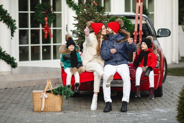 Blanke moeder, vader en hun prachtige kinderen brengen samen kersttijd door