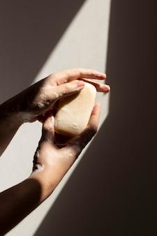 Blanke persoon die handen wast met zeep