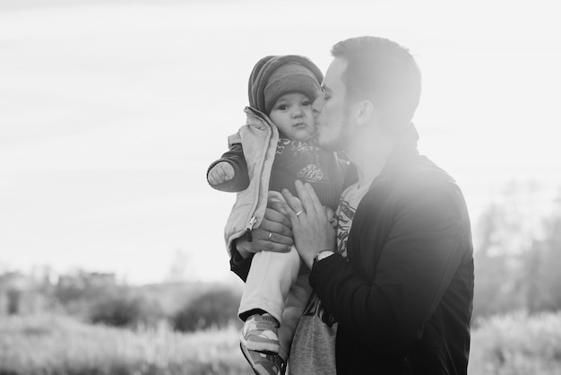 Blanke vader kuste zijn zoontje jongetje