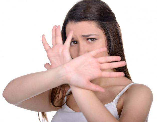 Blanke vrouw beschermt zichzelf tegen geweld.
