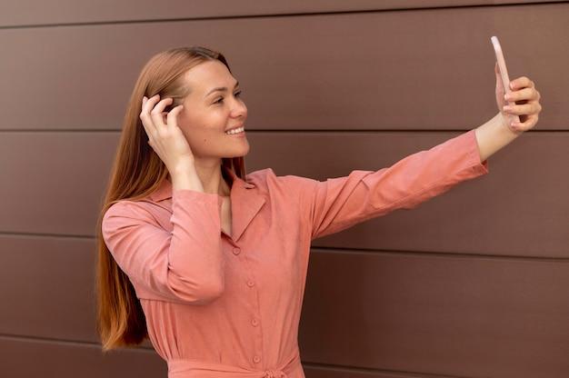 Blanke vrouw die een selfie maakt met haar smartphone Premium Foto