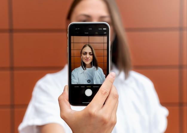 Blanke vrouw die een selfie maakt met haar smartphone