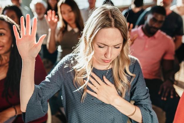 Blanke vrouw die haar hand opsteekt