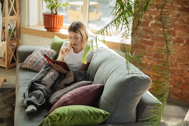 Blanke vrouw freelancer tijdens het werk in het thuiskantoor tijdens quarantaine