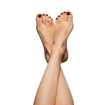 Blanke vrouw gekruiste benen