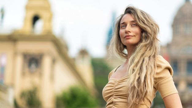 Blanke vrouw in jurk met uitzicht op barcelona op de achtergrond, spanje