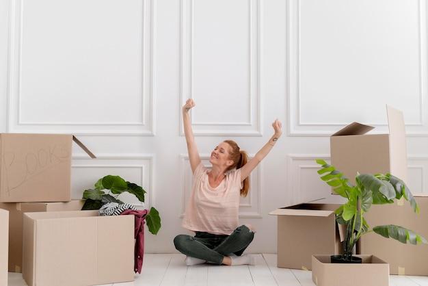 Blanke vrouw maakt zich klaar om naar een nieuw huis te verhuizen