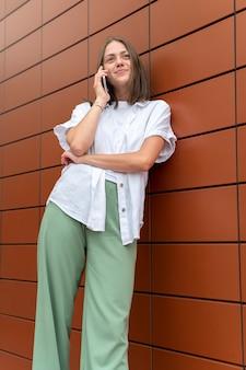 Blanke vrouw praat met iemand op haar smartphone