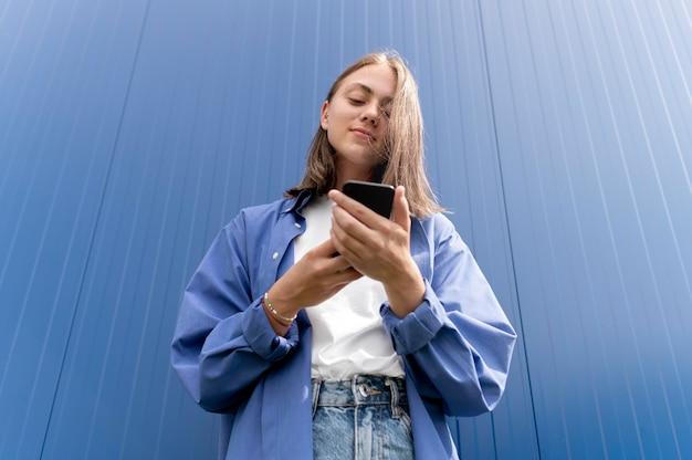 Blanke vrouw sms't iemand op haar smartphone