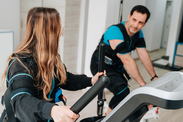 Blanke vrouw uitoefenen op een elliptische trainer