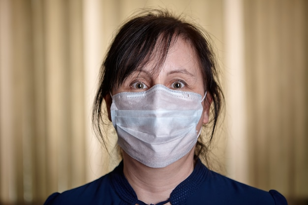 Blanke vrouw van middelbare leeftijd in quarantaine geplaatst tijdens de covid 19-epidemie.
