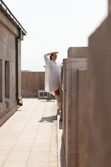 Blanke vrouwelijke toerist die kijkt naar het landschapsaanzicht van de grootstedelijke stad