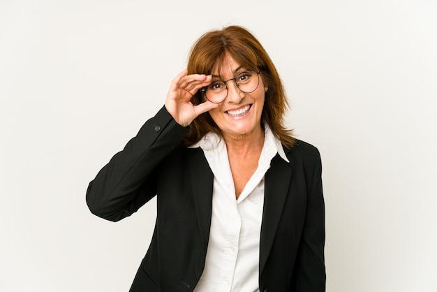 Blanke zakenvrouw van middelbare leeftijd opgewonden houden ok gebaar op oog.