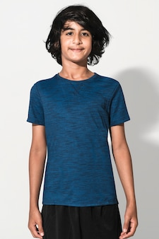 Blauw basic t-shirt voor jongens, studio shoot voor jeugdkleding