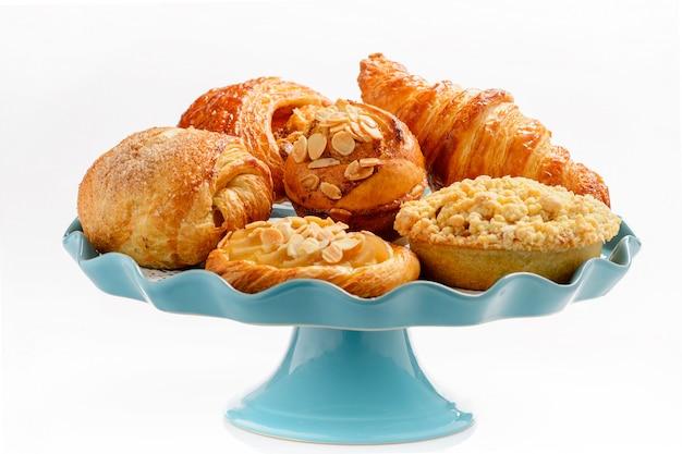 Blauw bord met gehakt taarten. van boven gezien