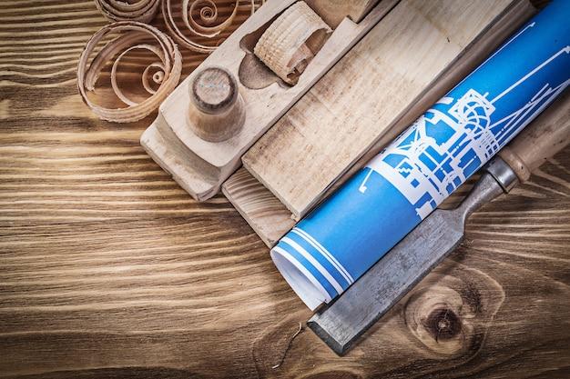 Blauw bouwplan scheren vliegtuig platte beitel houten studs krullen op vintage houten bord