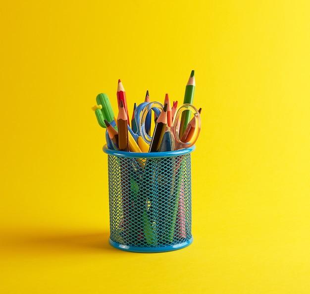 Blauw briefpapierglas met veelkleurige houten potloden